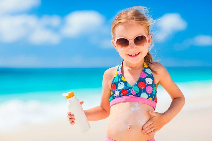 niña playa protector solar - 10 remedios caseros contra los Melanomas